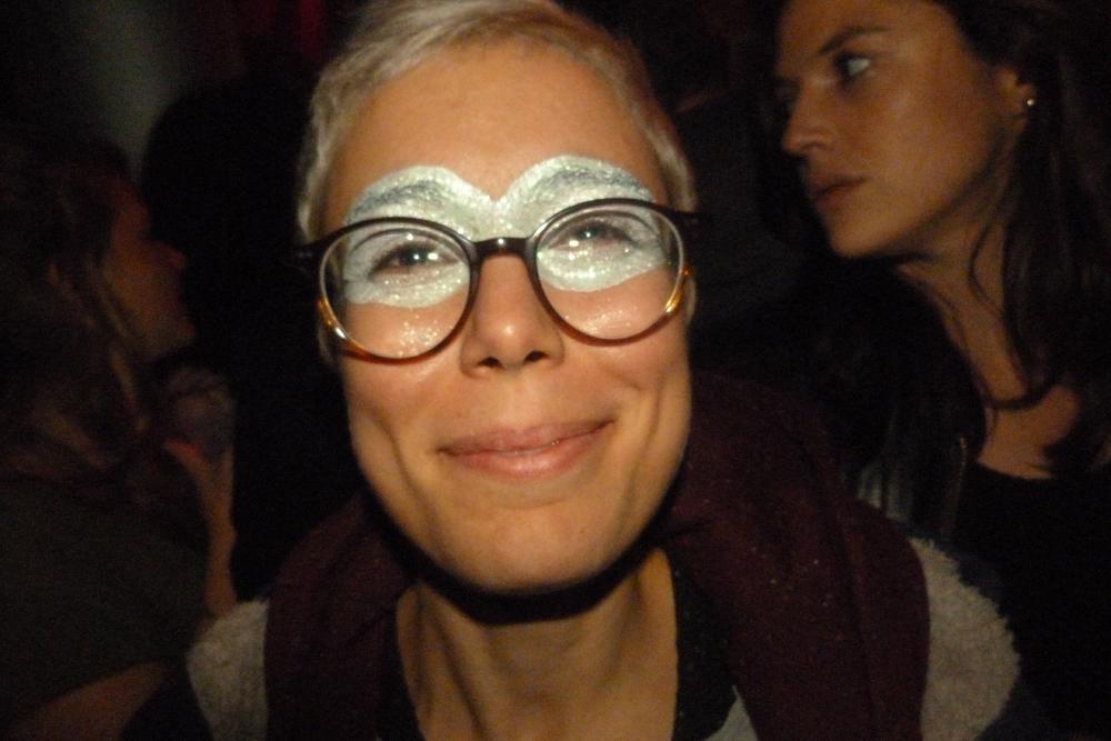 La pailette embellit les lunettes.